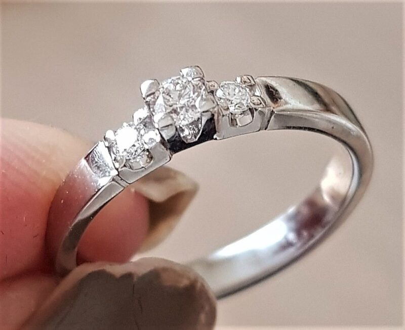 Nuran Diamant Ring m. 3 Diamanter i 14 Karat Hvidguld.