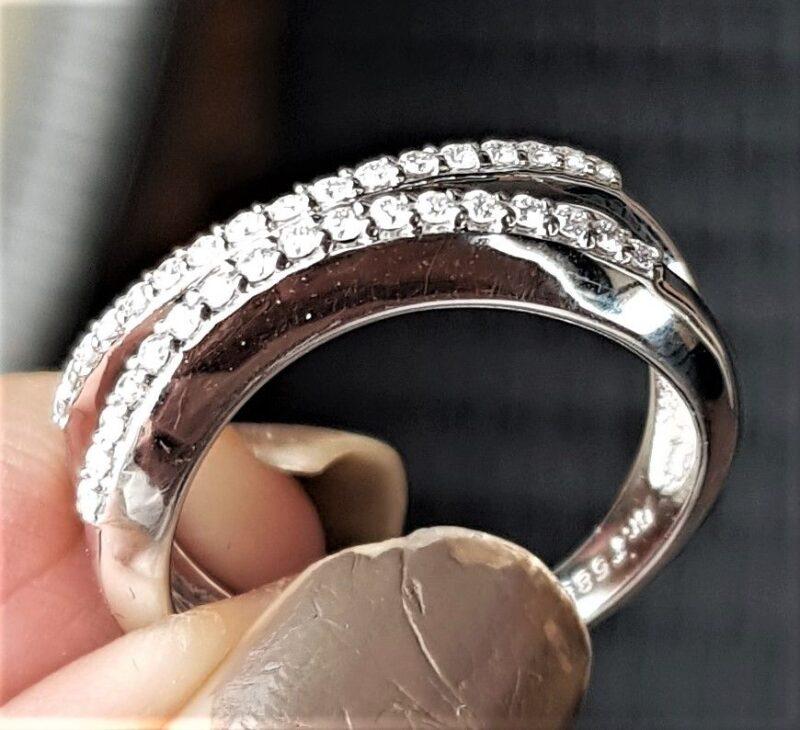 Varenummer : 130019 Virkelig Smuk, Elegant og Moderne 14 Karat Hvidguld Ring fra Bremer Jensen m. 34 Funklende Diamanter i Bedste Kvalitet på i alt ca. 0,25 carat. Flere Billeder kan Mailes !!! Hvidguld : 14 Karat Diamant : 34 Stk. Diamantens Carat i alt : 0,25 Carat Diamantens Kvalitet : VS - SI 2 Diamantens Farve : Wesselton Ringens Bredde i Front på Bredeste Stykke : 5 mm Ringens Bredde i Bund : 3 mm Ringens Vægt : 3,8 g Ringens Str. : 54,25
