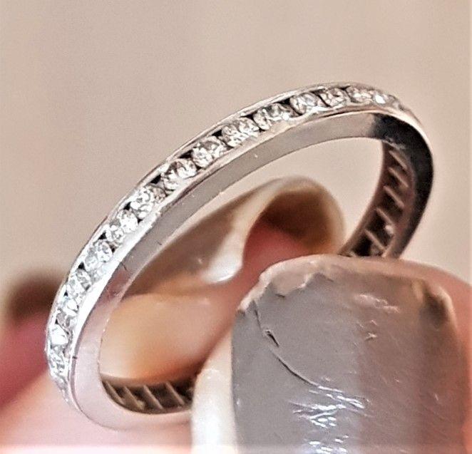 Eternity Diamant Ring m. Total 0,50 carat sat i 18 Karat Hvidguld.