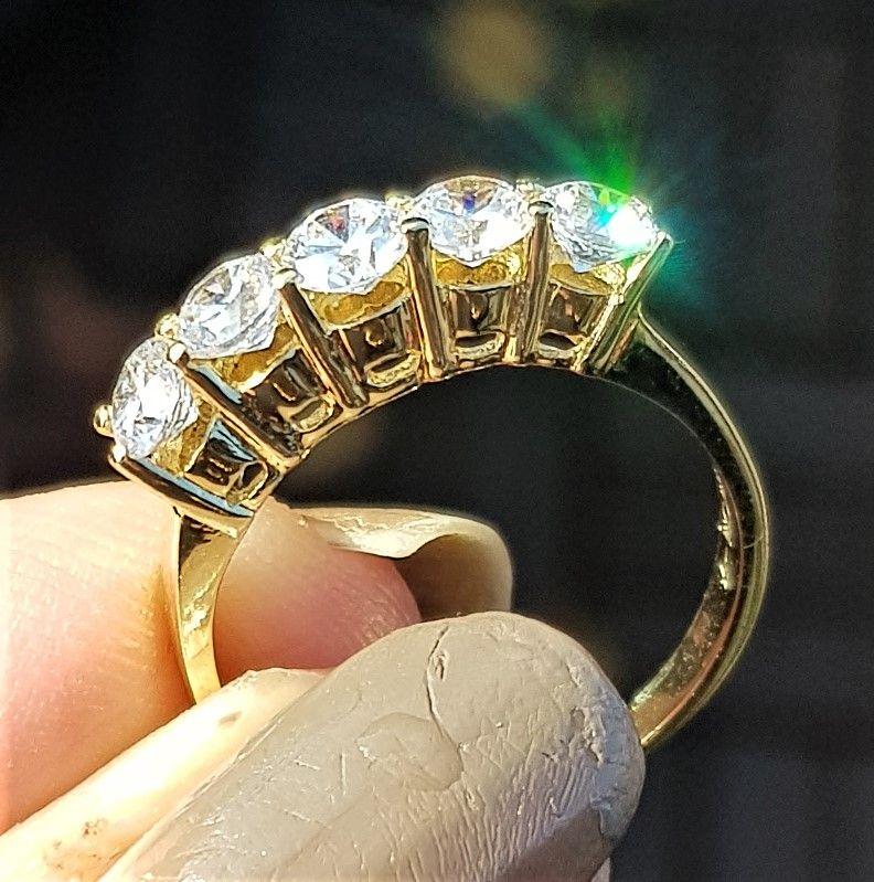 14 Karat Guld Ring m. 1,30 carat Funklende Zirkoner.