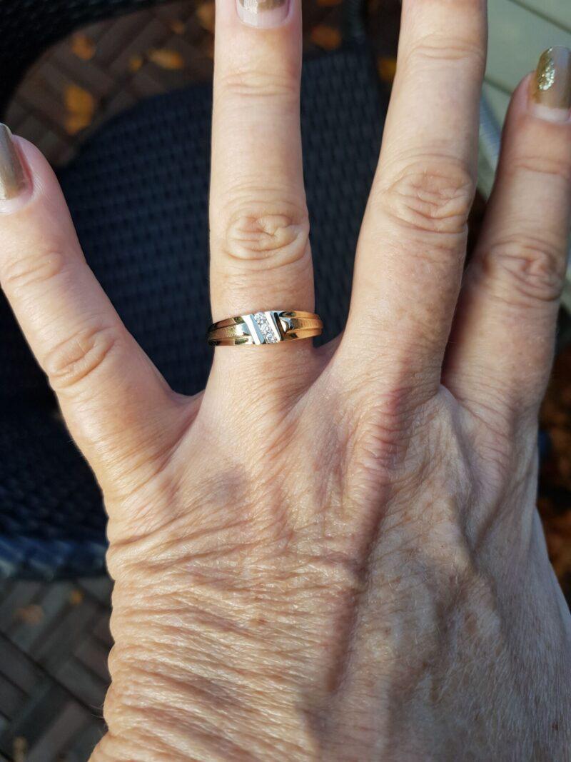 Herre Ring i Hamret/Glat Guld m. Diamanter.