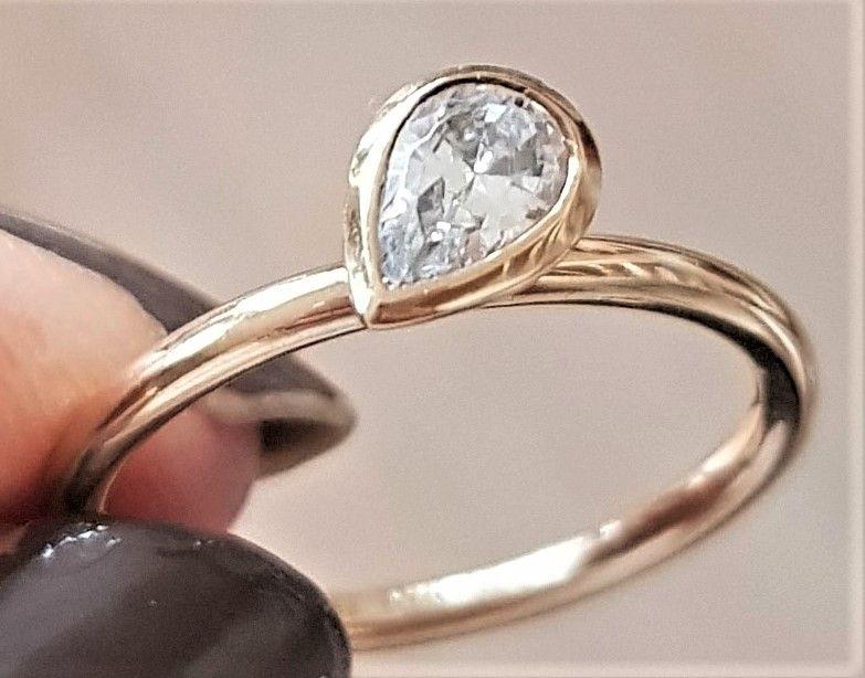 Spinning Ring i Guld m. Lys Blå Dråbeformet Sten.