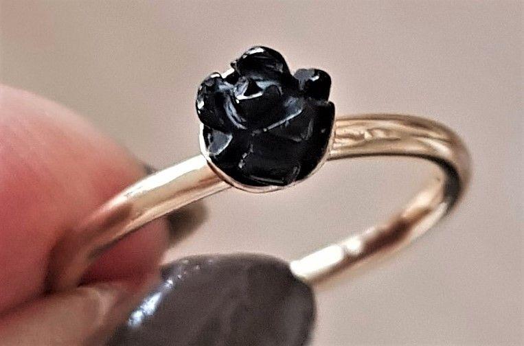 Flot 8 Karat Spinning Ring, Udformet m. Smukt Detaljeret Sort Rose. Billedet Yder Desværre ikke Ringen Retfærdighed. !! Øreringe som Matcher Haves Under Guld Øreringe. !!! Design : Spinning Guld : 8 Karat 333 Rose : Sort Rosens Diameter : 5,5 mm Ringens Vægt : 1,3 g Ringens Str. : M = Str. 55