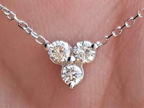 Diamant Triangle Vedhæng i 14 Karat Hvidguld m. Total 0,15 carat Diamanter sat i Fast Kæde.