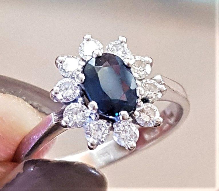 Roset Ring i 14 Karat Hvidguld m. Oval Safir samt Diamanter på Total 0,42 carat.