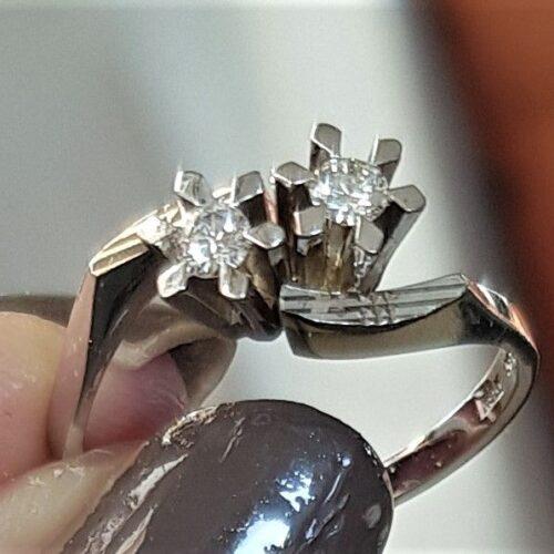 Diamant Ring i 14 Karat Hvidguld i Cross Design m. i alt 0,16 carat Diamanter.