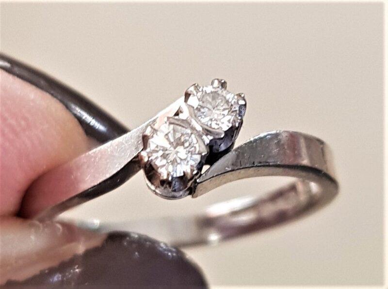 Diamant Ring i 14 Karat Hvidguld m. 2 Diamanter på Total 0,16 carat.