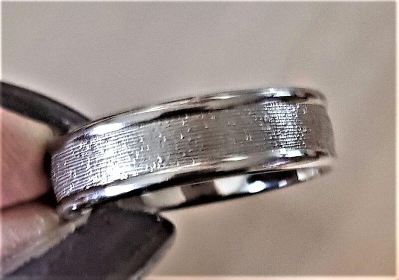 Titanium/Forlovelses ring i riflet Design.