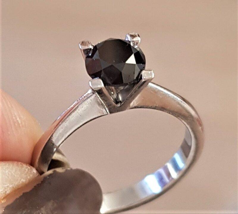 Brilliant Slebet Sort Diamant på 1,72 carat sat i 14 Karat Hvidguld.