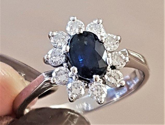 Prinsesse Diana Roset Ring i 14 Karat Hvidguld m. Oval Safir samt Diamanter på Total 0,42 carat.
