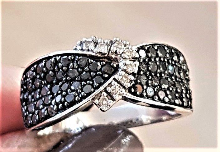Sort Diamant Ring i Hvidguld m. Hvide Diamanter sat som Hjerte.
