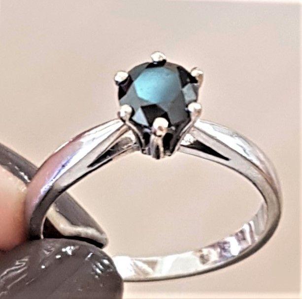 Prinsesse Ring i 14 Karat Hvidguld m. Sort Solitaire Diamant.