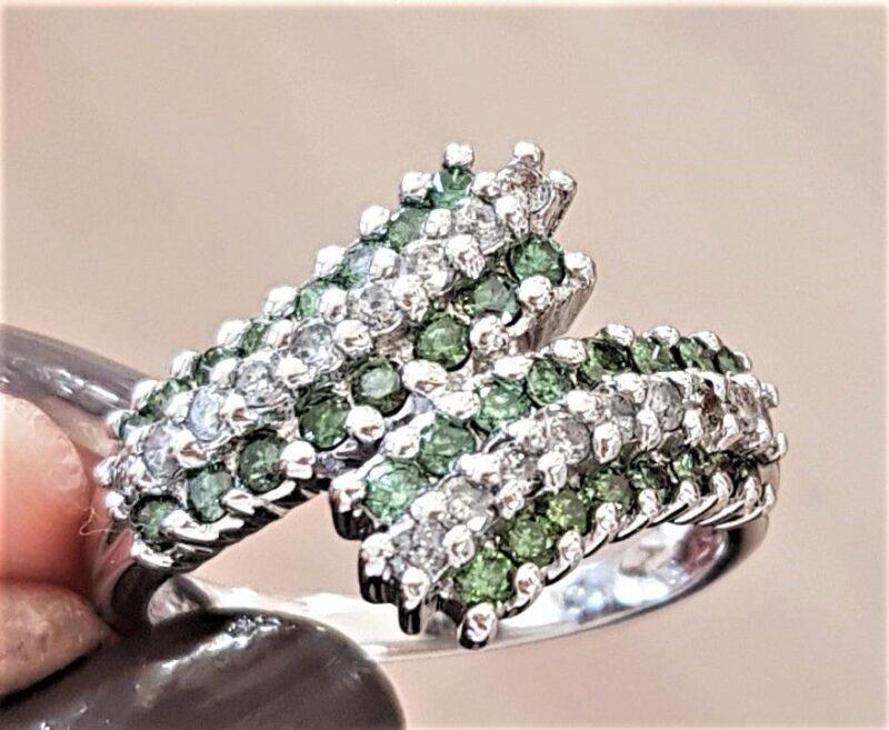 Diamant Ring m. Grønne og Hvide Diamanter.