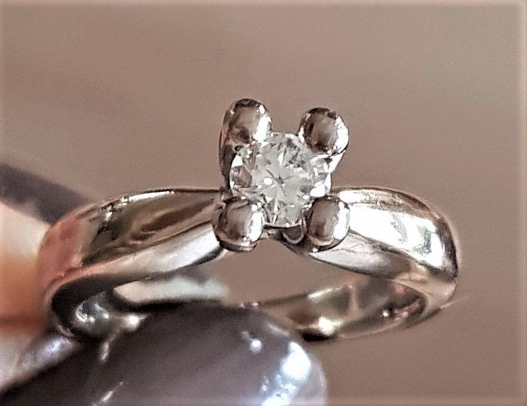 Seiersbøl Solitaire Diamant Ring i 14 Karat Hvidguld m. 0,30 carat Diamant.