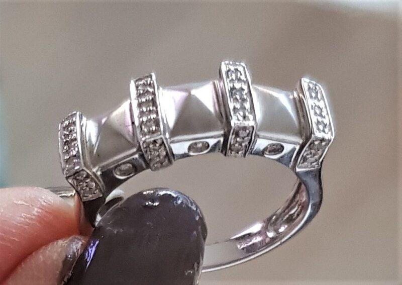 Satineret Diamant Ring i 14 Karat Hvidguld.