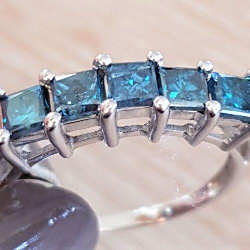 Blå Diamant Ring i 14 Karat Hvidguld m. Prinsesse Cut Diamanter på i alt 1,50 carat.