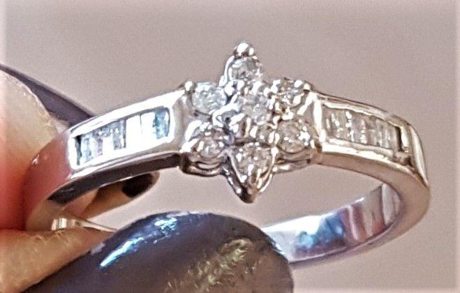 Hvidguld Ring i 14 Karat m. i alt 0,20 carat Diamanter.