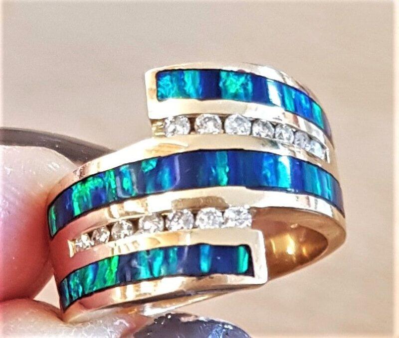 Blå/Grøn Opal Ring m. Diamanter i 14 Karat Guld.