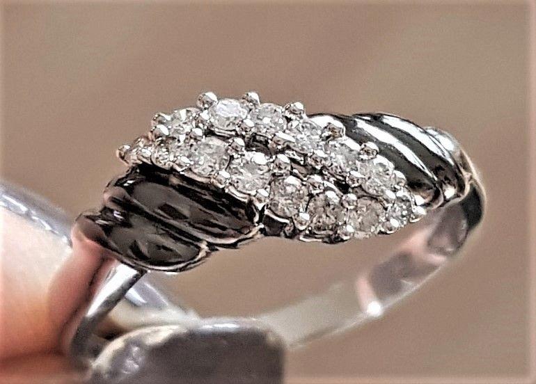 Sort Oxyderet Hvidguld Ring m. Diamanter.