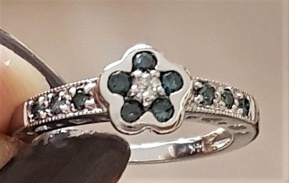 Blå/Hvid Diamant Ring i 14 Karat Hvidguld.