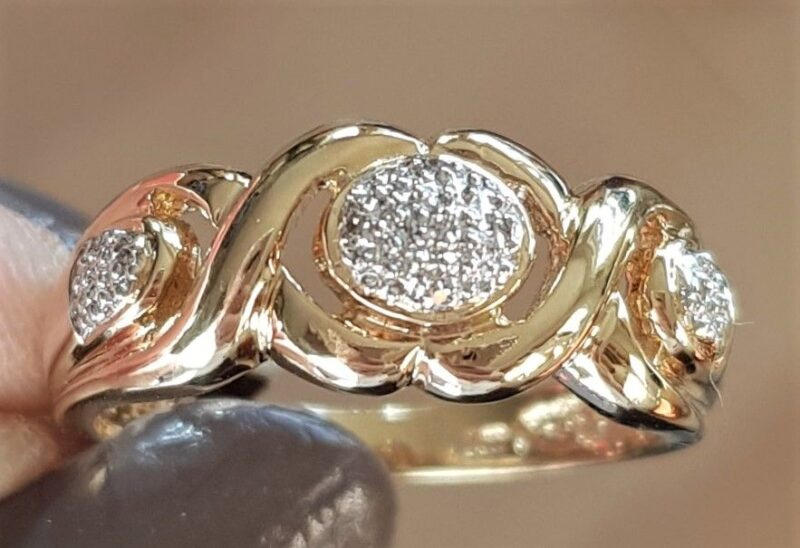 14 Karat Guld Ring m. Klaser af Diamanter.