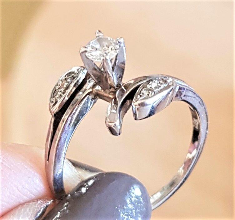 Diamant Ring i 14 Karat Hvidguld m. Solitaire Diamant i Høj Krone.