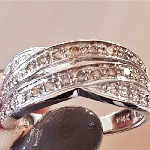 Champagne Farvet Diamant Ring i 14 Karat Hvidguld.