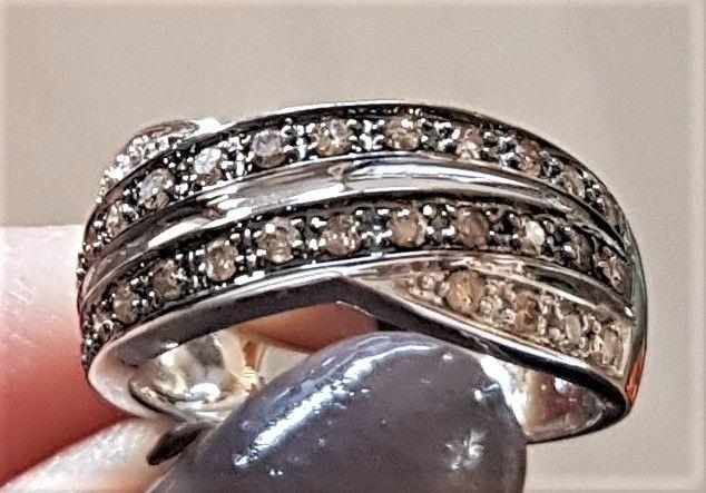 Champagnefarvet Diamant Ring i 14 Karat Hvidguld.