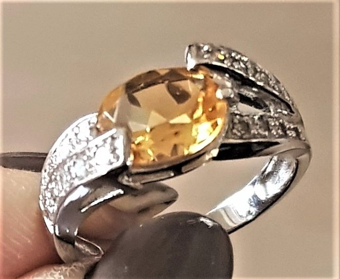 Gylden Citrine/Diamant Ring i Hvidguld.
