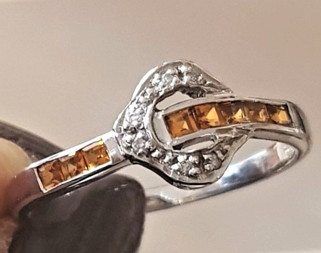 Citrine Ring Udformet som Bælte i 14 Karat Hvidguld.