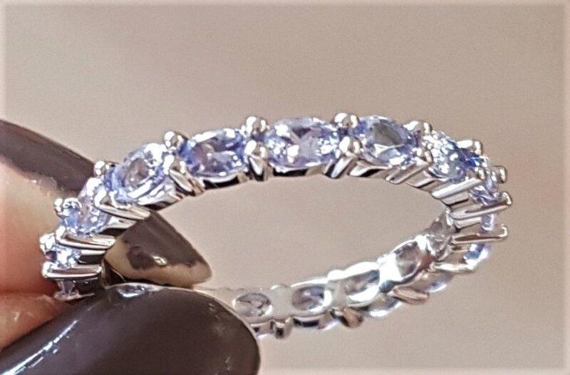 Lys violette Tanzanite Eternity Ring i 14 Karat Hvidguld.