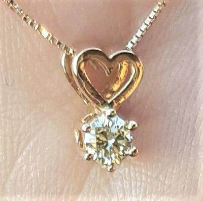 Solitaire Diamant Vedhæng i 14 Karat Guld m. 0,25 carat Diamant samt Udskåret Hjerte.