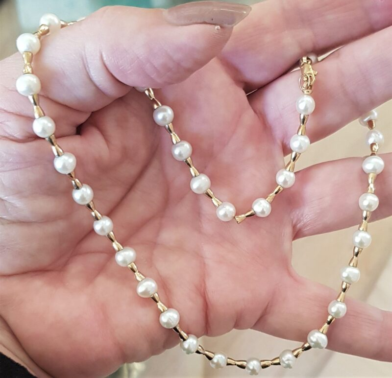 Hvid Kultur Ferskvands Perle Kæde m. Små 14 Karat Guld Kugler.