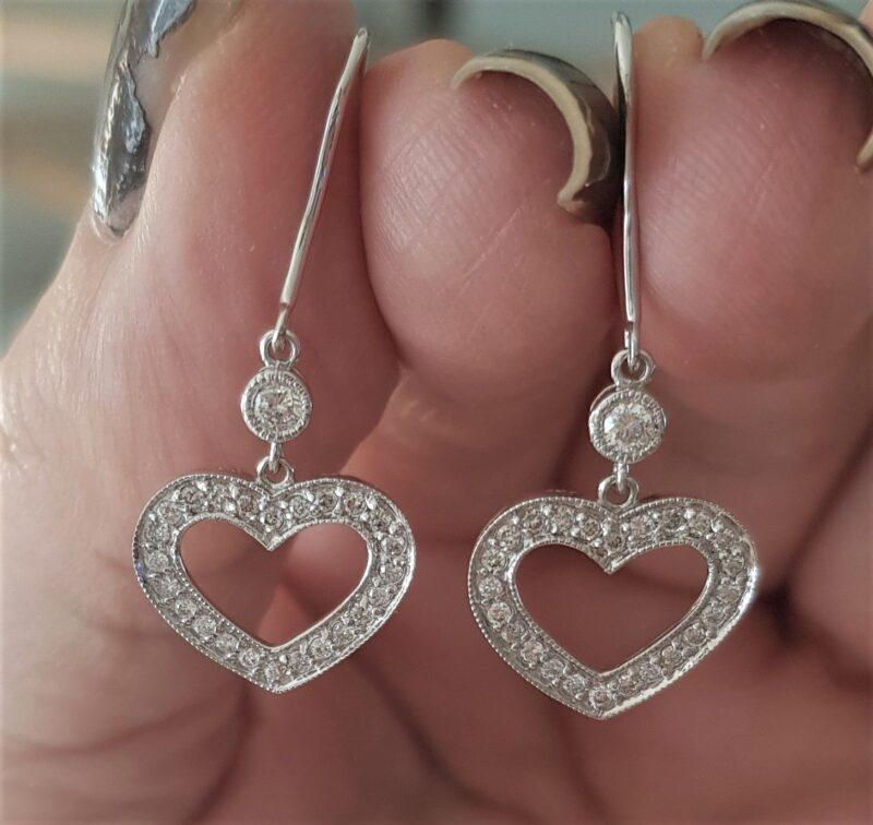 Hænge Øreringe m. Hjerter Fyldt m. Diamanter på Total 0,50 carat sat i 14 Karat Hvidguld.