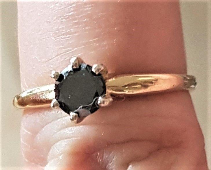 Sort Solitaire Diamant Ring i 14 Karat Guld.