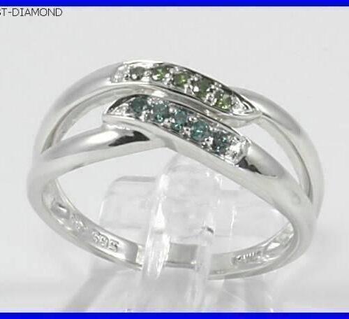 Varenummer : 170017 Virkelig Yndig 14 karat Hvidgulds Ring m. 5 Blå Diamanter og 5 Grønne Diamanter, i alt 0,10 carat. Hvidguld : 14 Karat Diamanter i alt : 10 Stk. Diamanternes Carat i alt : 0,10 carat Diamanternes Kvalitet : I1 Diamanternes Farve : Blå og Grønne Ringens Bredde i Front : 13 mm Ringens Bund : 1,7 mm Ringens Vægt : 3,1 g Ringens Str. : 54 - 57 Ringens Pris : 2295 Kr. Ringen er stemplet 585 0,10 carat mesterstempel KNJ