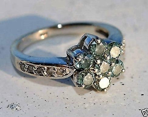 Grønne Diamanter Sat i Roset i 14 Karat Hvidguld Ring.