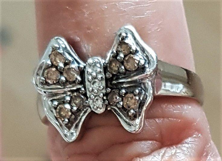 Cognac Farvet Sommerfugl Diamant Ring i Hvidguld.