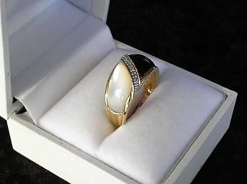 Mother of Pearls/Onyx Ring i Guld.