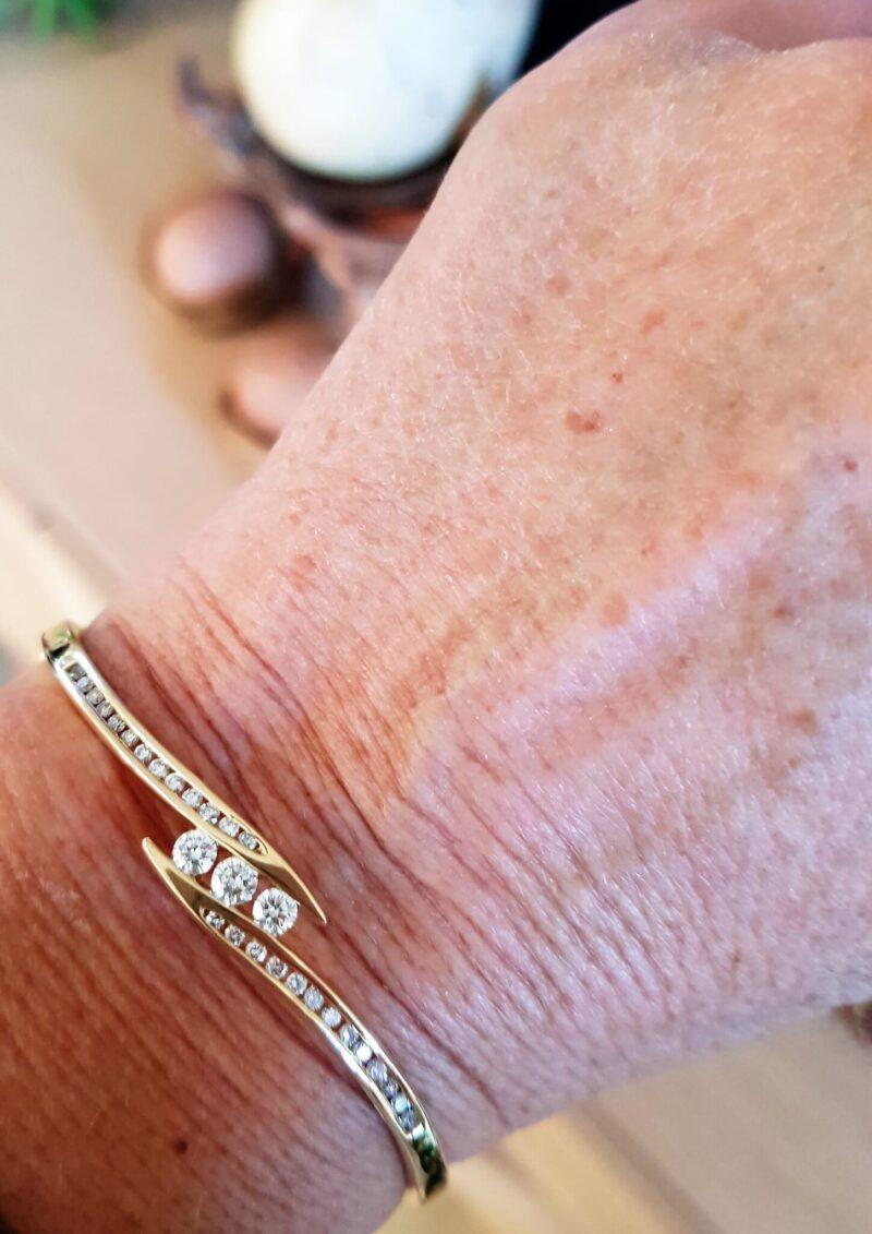 Diamant Armring på 16,6 g. i 14 Karat Guld m. i alt 1,0 carat Diamanter.