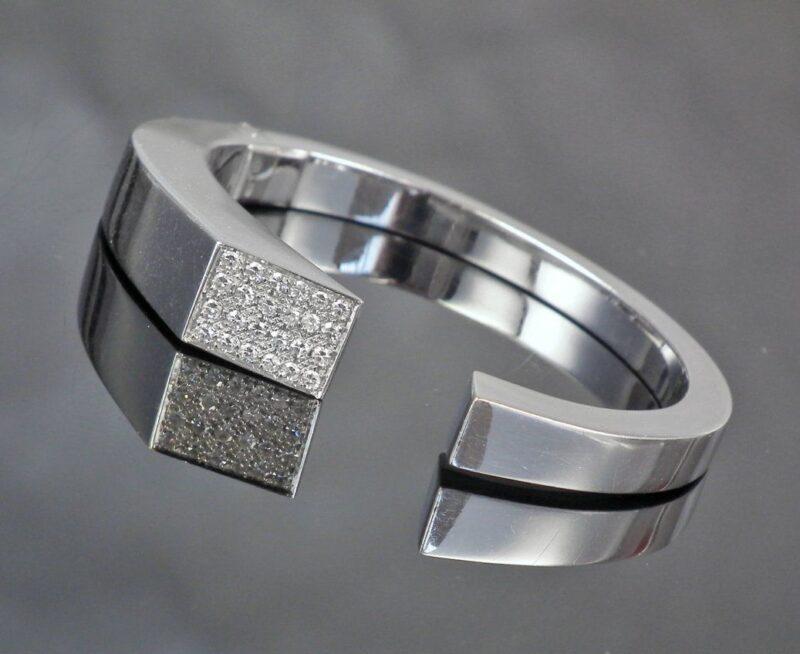 Eksklusive 18 Karat Armring i Hvidguld m. i alt 0,70 carat Diamanter.