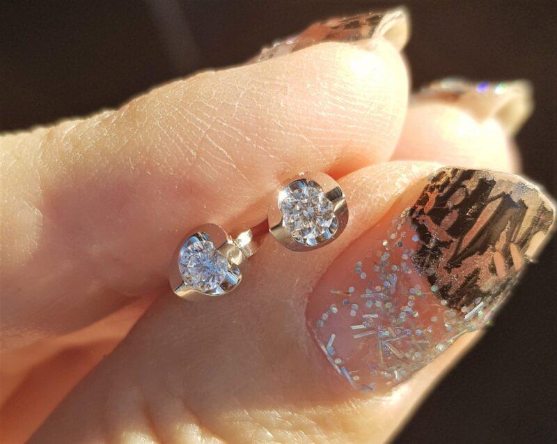 Hjerteformet Solitaire Øreringe m. Diamanter på i alt 0,30 carat.