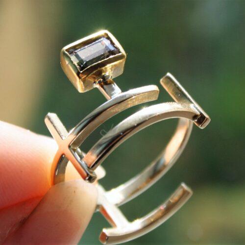 Unika Designer Ring i 14 Karat Guld m. Squere Cut Funklende Grøn/blå Tourmalin. Flere Billeder kan Mailes. Guld : 14 Karat Tourmalin : 1 Stk. Tourmalinens Diameter : 6 x 3,5 mm Ringens Bredde i Front : 14 mm Ringens Bredde Bagpå på Bredeste Sted. : 9 mm Ringens Vægt : 4,5 g Ringens Str. : 54 17 mm i indv. Diameter.