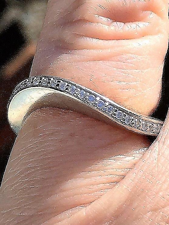 Dansk Design Diamant Ring i 14 Karat Hvidguld i Bølget Design.