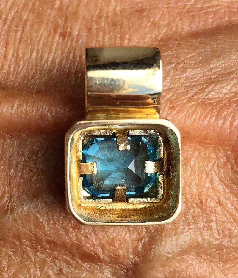 Kraftig Design Vedhæng m. Smaragd Cut Blå Topas sat i 14 Karat Guld.