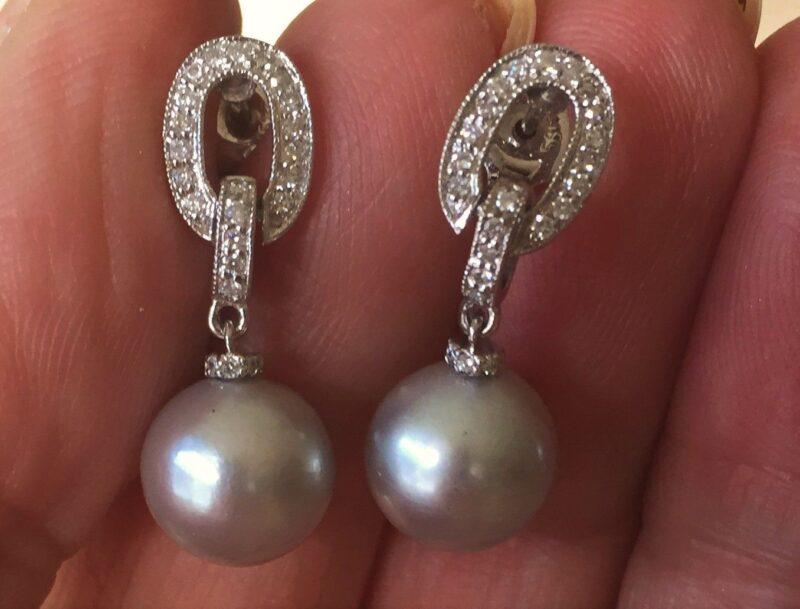 Tahiti Perle Øreringe i 14 Karat Hvidguld m. i alt 0,50 carat Diamanter.