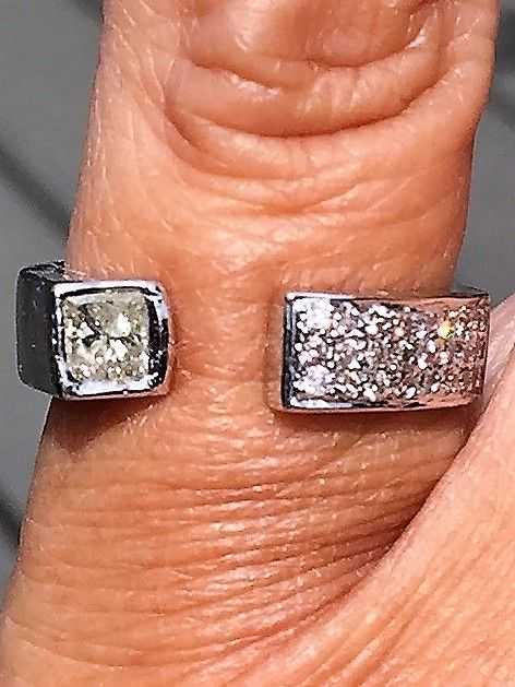 Prinsesse Cut Diamant Ring i 14 Karat Hvidguld i Åben Design.