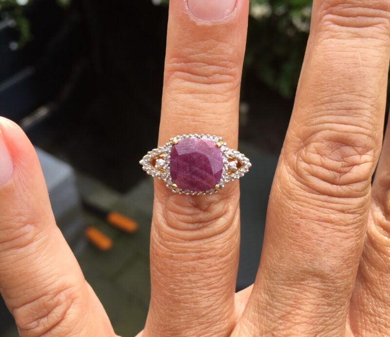 Cushion Slebet Rubin Ring m. Diamanter i Guld.