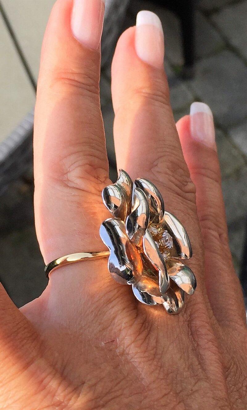 Hvidguld Ring Udformet som en Rose m. Rosa Guld og Diamanter.