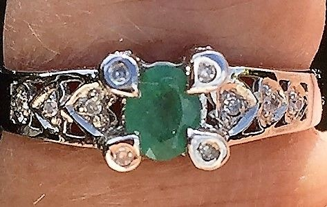 Grøn Smaragd Ring m. Diamanter i Hjerter i 18 Karat Hvidguld.